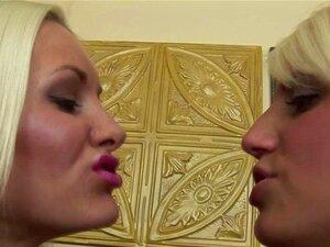 Lesbi Spit Kiss