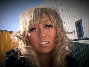 Die gebräunte orientalische Blondine Rina Aina bekommt Bukkake nach dem Muschisummenspaß